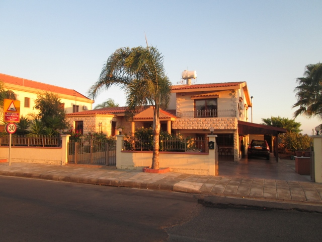 3 bedroom luxury house with maid s quarter in trachoni village for House plans with maids quarters